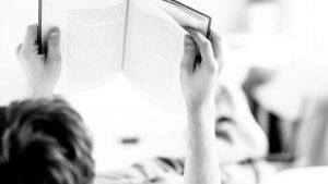 Leerling leest een boek