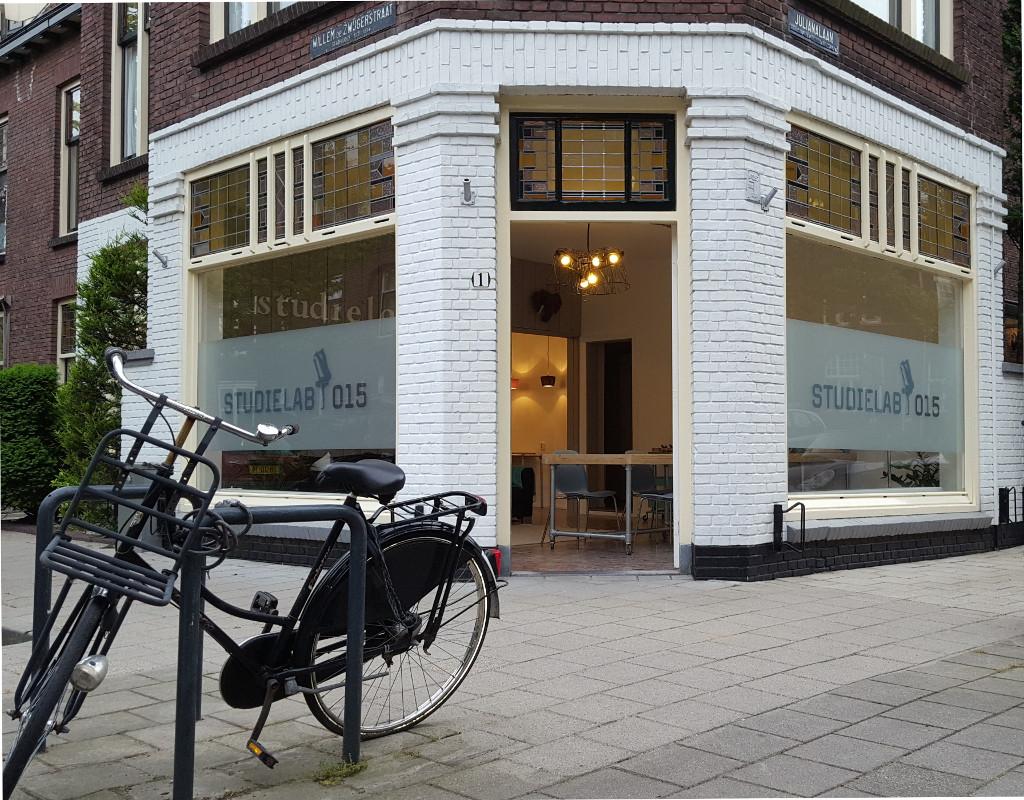 Het pand van Studielab015 op de hoek van Julianalaan en Willem de Zwijgerstraat