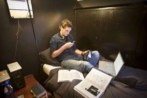 TWELLO - Multitasken: laptop, mobieltje, iPad, boeken en muziek het 'kan allemaal tegelijk' 15-11-2012